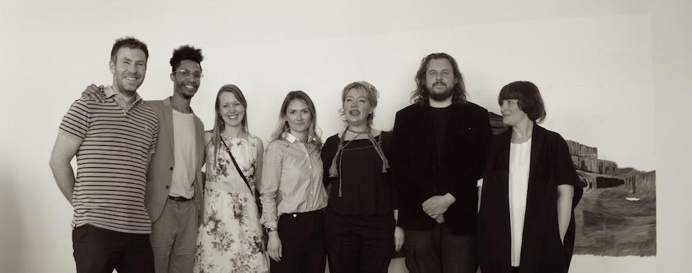 Pine Wood Gründerin Léonie Helling mit allen Künstlern